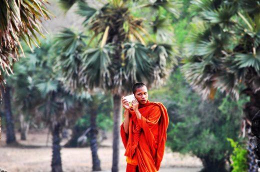 Bild: Mönch mit Smartphone
